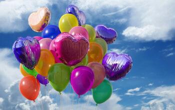globos de fiestas en diferentes colores y formas con el cielo azul de fondo