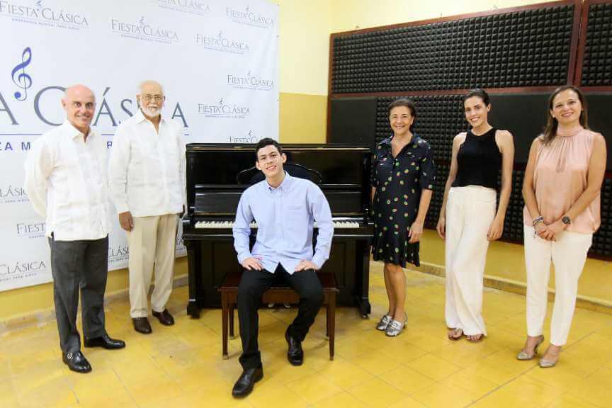 El embajador de España dona piano a la escuela de música clásica