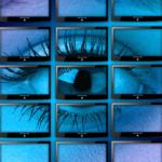 video de un ojo de mujer en varios monitores